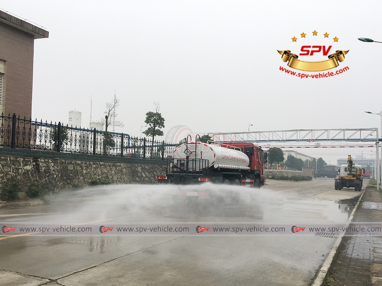 10,000 litres Off-road Water Tanker Truck Sinotruk - Rear Sprinkler