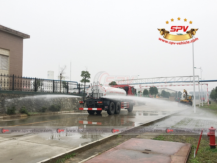 10,000 litres Off-road Water Tanker Truck Sinotruk - Side Sprayer